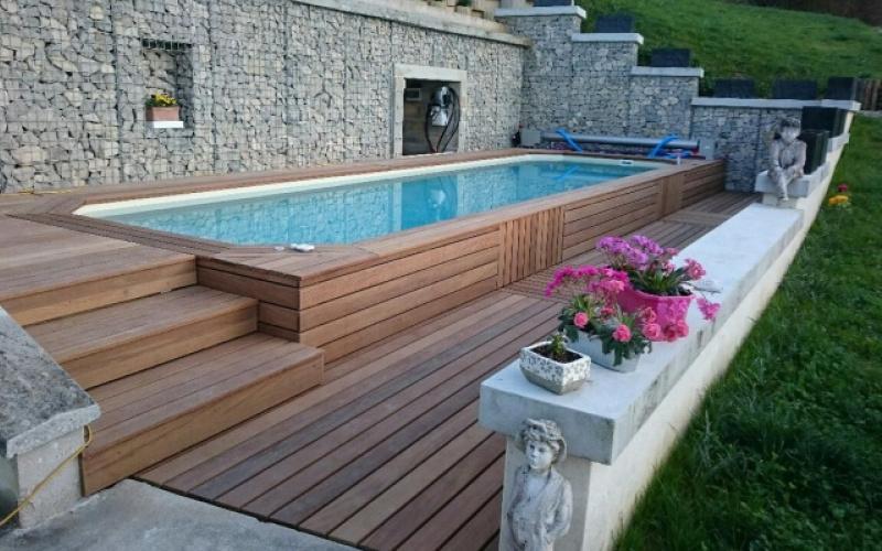 Installer une piscine sur terrain en pente