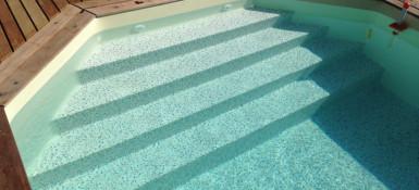 Escalier de piscine sur toute la largeur